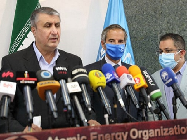 Mohammad Eslami (left), Rafael Grossi (centre); Source: Atomic Energy Organization of Iran/AFP